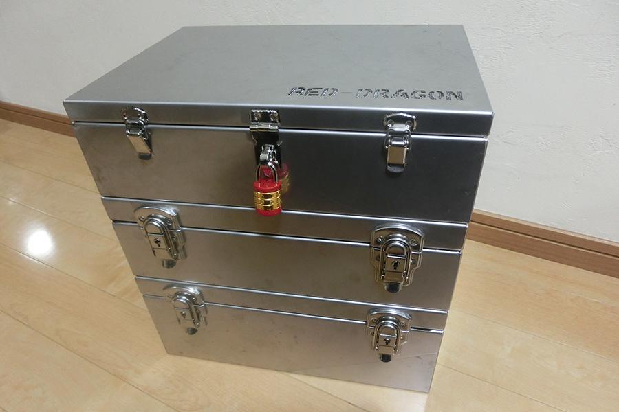 <small>特注ステンレス製おもちゃ箱(鍵付)</small>